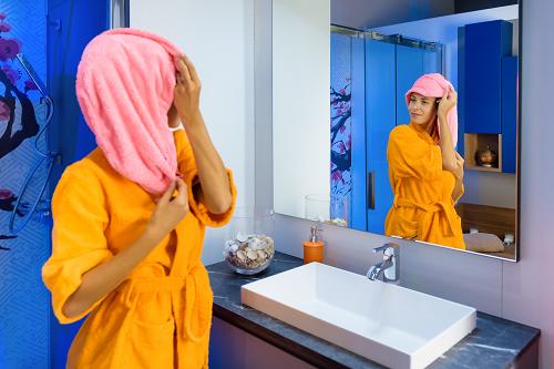 Jeune femme avec peignoir de bain personnalisé
